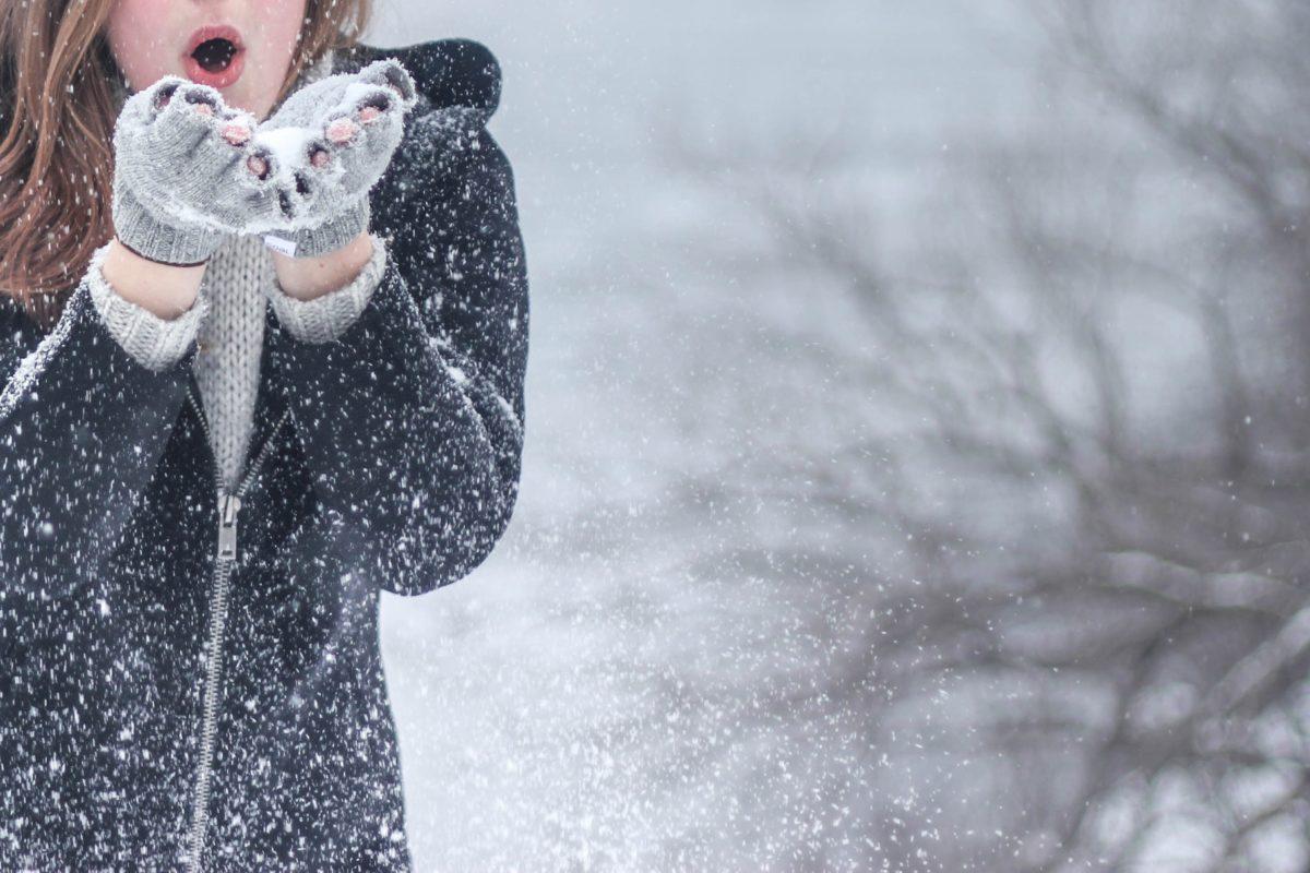 Kvinna ute i snön